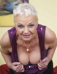 Naughty mature beegwoman showing off her dirty side